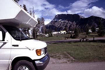Am Campingplatz in der schönen Bergkulisse von Alberta, Kanada