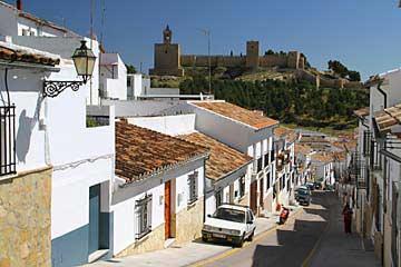 Straße in Antequera mit Burgfestung in Andalusien