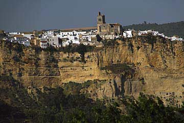 Die Stadt Arcos de la Frontera oberhalb der Felsen