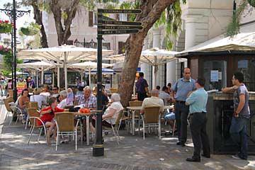 Typisch britische Wegweiser der Main St. in Gibraltar