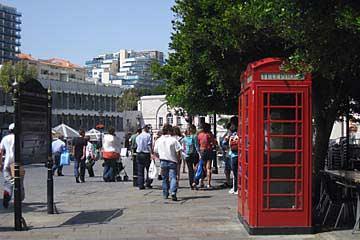 Britisches Telefonhäuschen am Casemates Square