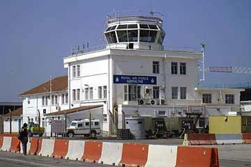 Wir fahren am Tower von Gibraltar vorbei