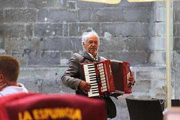 Ein Musikant am Plaza Plateros in Jerez de la Frontera