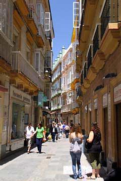 Enge Gassen in der Altstadt von Cádiz an der Costa de la Luz
