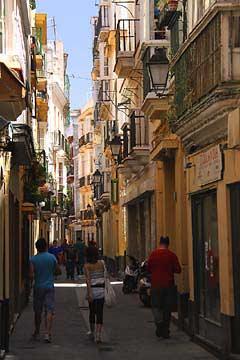 Enge Gassen in der Altstadt von Cádiz in Andalusien