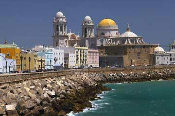 Blick über die Promenade zur Kathedrale von Cádiz