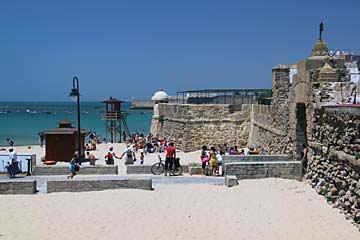 Das Tor und der Strand von La Caleta in Cadiz
