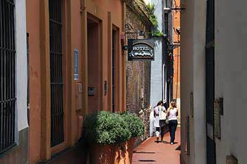 Der Einganz zum Hotel in der Altstadt von Sevilla