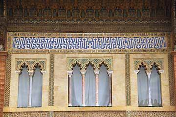 Maurische Fenster im Patio de la Montería im Alcazares von Sevilla