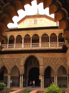 Der Patio de las Doncellas vom Palast Alcázar in Sevilla