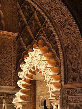 Reiche maurische Verzierungen in der Alcazar von Sevilla
