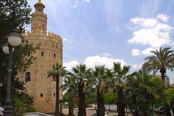 Der Torre de Oro am Río Guadalquivir in Sevilla