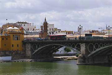 Die Puente de Isabel II und die Capilla del Carmen in Sevilla