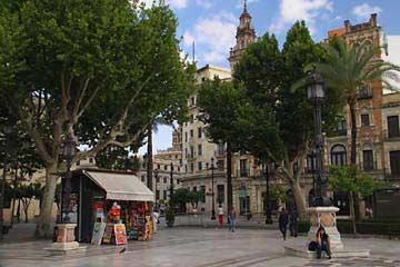 Der große Plaza Nueva in Sevilla
