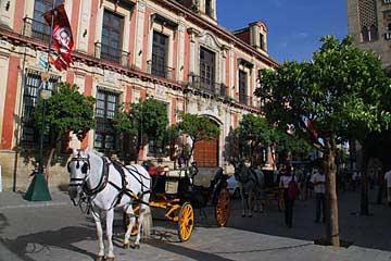 Eine Pferdekutsche vor der Kathedrale von Sevilla
