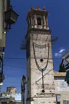 Das Kloster Santo Domingo in Écija mit dem Rosenkranz am Turm