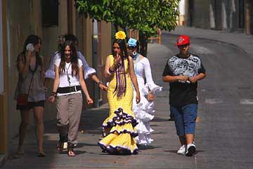 Festliche Kleidung in den Straßen von Cordóba in Andalusien