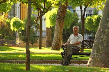 Ein Mann auf der Plaza de Colón von Cordóba