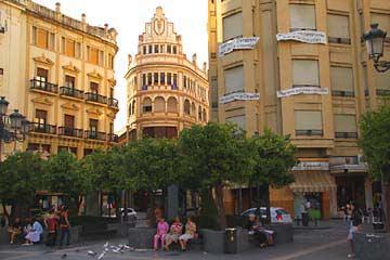 Parkbänke auf dem Plaza de las Tendillas in Cordóba