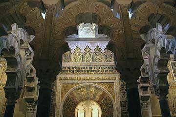 Symmetrische Säulen vor dem Mihrab der Mezquita in Andalusien