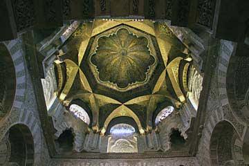 Die vergoldete Kuppel Maqsura in der Mezquita in Cordoba