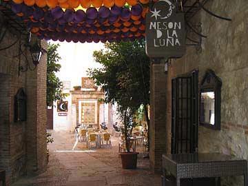Das Meson de la Luna an der Stadtmauer von Cordóba