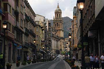 Die Calle Bernabé Soriano mit der Kathedrale Jaén