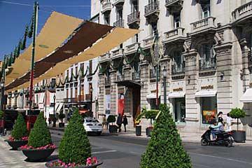 Blick in die Calle Reyes Católicos in Granada in Andalusien
