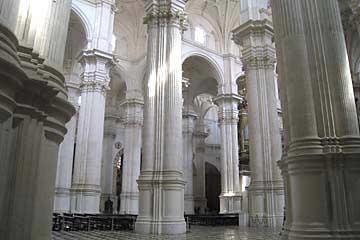 Die Säulen und Bögen in der Kathedrale von Granada in Spanien