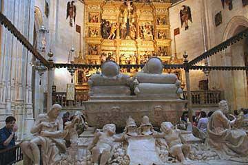 Die Sarkopharge der Königin und König in der Capilla Real sind aus Marmor