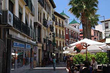 Der schöne Plaza de la Romanilla in Granada