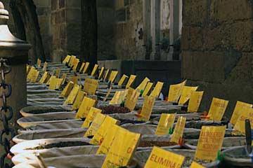 Gewürzmarkt an den historischen Mauern der Kathedrale