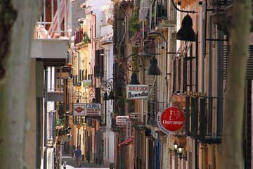 Enge Gassen in der historischen Altstadt in Granada