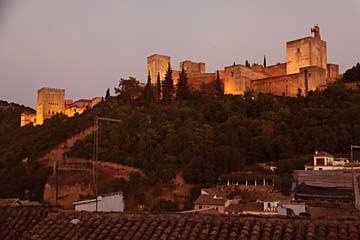 Blick auf die beleuchtete Alhambra am Abend