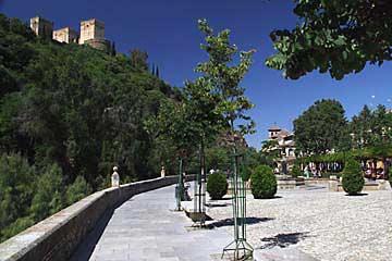 Die Paseo de los Tristes mit Blick auf die Alhambra