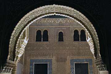 Ein Torbogen im Nasridenpalast in der Alhambra