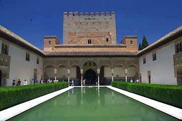 Der symmetrische Myrtenhof am Palacio de Comares in der Alhambra