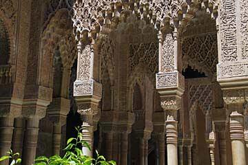 Die grazilen Säulen des Palacio de los Leones in der Alhambra