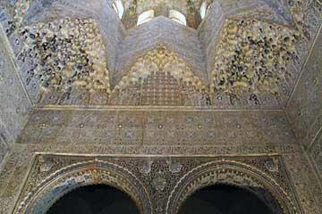 Reich verzierte Säulen und Decken im Nasridenpalast in der Alhambra