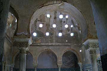 Sternförmige Öffnungen in der Decke der arabischen Bäder in der Alhambra