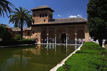 Der Torre de las Damas und sein Innenhof in der Alhambra