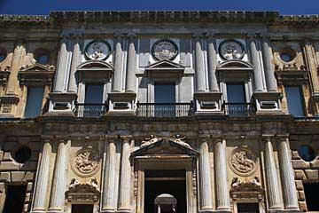 Fassade des Palacio de Carlos V. in der Alhambra in Granada