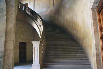 Eine Treppe im Rund des Palastes Carlos V. in der Alhambra