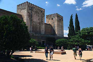 Der Plaza de los Aljibes zwischen dem Palast Carlos V. und der Alcazaba