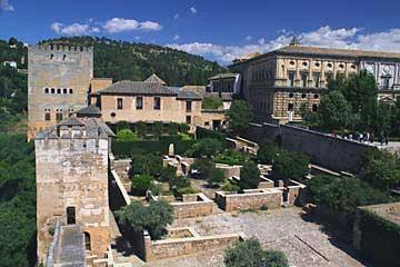 Der Blick zurück von den Türmen der Alcazaba zum Palacio Carl V.