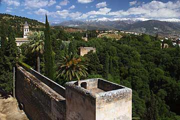 Der Blick auf die Alcazaba mit den dahinterliegenden Bergen der Sierra Nevada