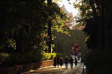 Die Puerta de las Granadas bringt uns zurück in nach Granada