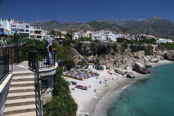 Der Strand an der Costa del Sol in Nerja vom Balcón de Europa