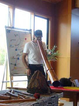Aborigines mit Didgeridoo auf einem Ausflug an der Great Ocean Road