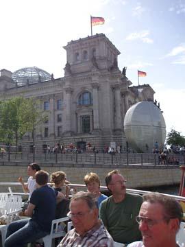 Der Reichstag von der Spree aus gesehen